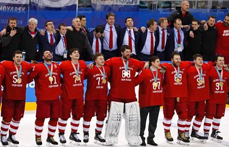 Venäläispelaajat lauloivat ottelun jälkeen kannattajien kanssa maansa kansallislaulun.