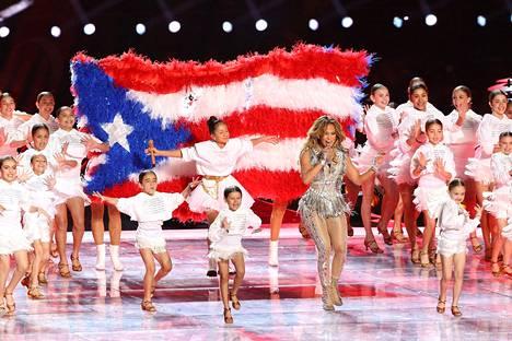 Super Bowlin puoliaikashow'ssa juhlittiin latinokulttuuria.