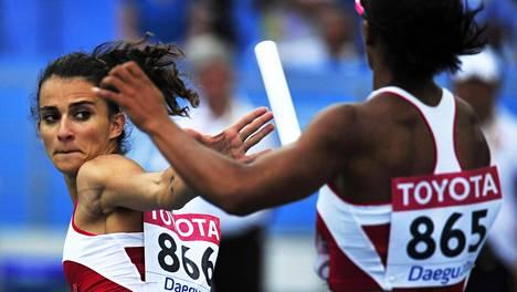 Meliz Redif (865) ojentaa viestikapulan Pinar Sakalle MM-kisoissa 2011.