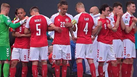 Tanskan pelaajat järkyttyivät muiden Parkenilla olleiden sekä miljoonien tv-katsojien tapaan.