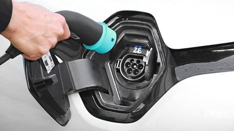 Sähköautoon tuleva pistoke on tyypillisesti erikoismallinen, mutta adapterista riippuen sähköä voi ladata autoonsa niin tavallisesta siivouspistorasiasta kuin kiinteistöjen voimavirtaliitännöistäkin.
