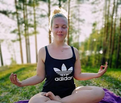 Jenna tekee ahkerasti mindfullnes-harjoituksia ja meditoi.