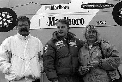 Harri, Mika ja Aila Häkkinen Englannissa vuonna 1988.