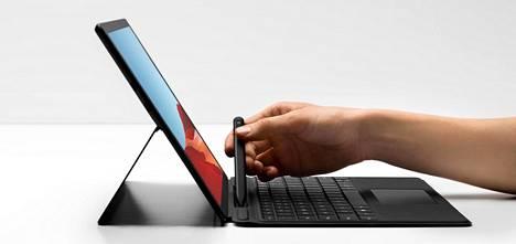 Surface Pro X on tabletti, mutta sille tarjotaan lisävarusteiksi suojakuorena toimivaa näppäimistöä ja kynää.