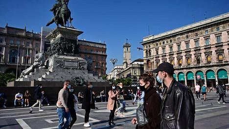 Maskeja käyttäviä ihmisiä käveli Italian Milanossa lauantaina.