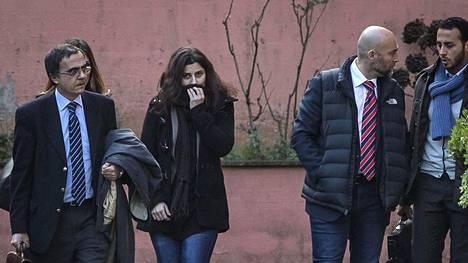 Italialaisten avustustyöntekijöiden Vanessa Marzullon (kuvassa keskellä) ja Greta Ramellin (taka-alalla) monen kuukauden panttivankipiina päättyi vihdoin perjantaina, kun he pääsivät kotiin Syyriasta.