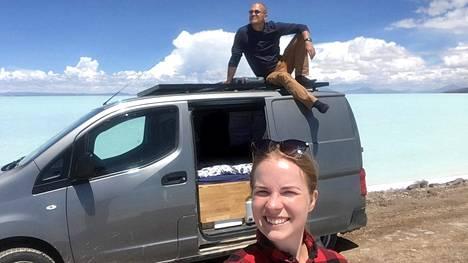 Tomi Tölli ja Jasmin tekivät autolla matkan, joka kulki Euroopan, Etelä-Amerikan, Pohjois-Amerikan ja Aasian läpi. Arviolta ajokilometrejä kertyi 81 236.