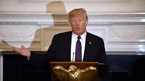 Trump puhui uskonnollisille johtajille maanantaina Valkoisessa talossa. Toimittajat päästettiin seuraamaan päivällistilaisuutta sen aluksi. Kun kamerat oli viety pois, presidentti aloitti varoitussanansa vierailleen.