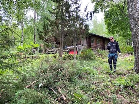 Puolet uudesta mökkitontista oli viime kesänä umpeen kasvaneen puuston peitossa. Janne Patama aloitti veljensä kanssa raskaat raivaustalkoot.