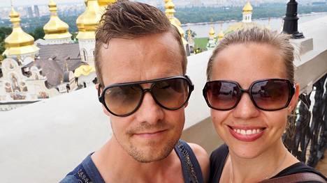 """Laura Laakso ja Juha-Matti ovat olleet yhdessä yhdeksän vuotta. Yhdessä he eivät asu, mikä herättää ihmetystä ulkopuolisissa. """"Olemme noin puolet viikonlopuista Kokkolassa ja puolet Kurikassa"""", eri kaupungeissa asuva pari kertoo."""