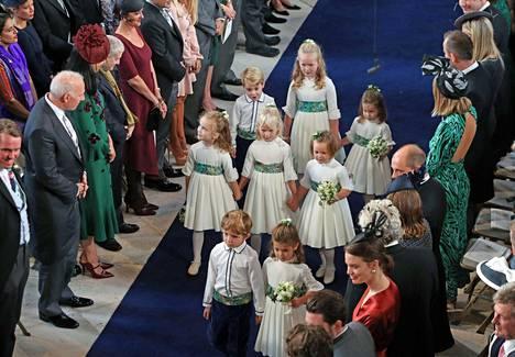 Lapset kävelivät kauniisti kirkon käytävää.