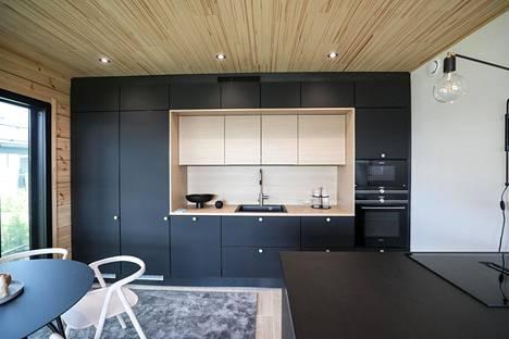 Mustan ja vaalean puun yhdistäminen on keittiöissä valloillaan.