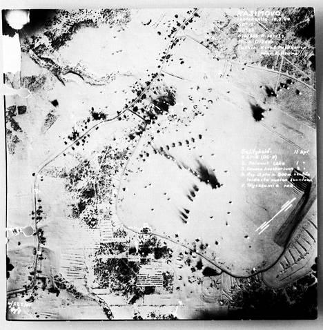 Kasimovo 10.3.1944 otetussa ilmakuvassa pommitusoperaation jälkeen. Savuvanat kertovat tuhoutuneista koneista.