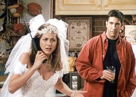 Aniston nousi maailmantähdeksi Frendien Rachel Greeninä. Rakastettu hahmo nähtiin sarjan ensimmäisessä jaksossa hääpuvussa.