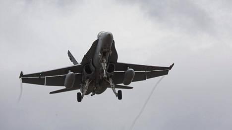 AGM-158 A JASSM -rynnäkköristeilyohjukset ammutaan ilmasta maahan. Kuvituskuva Hornetista.