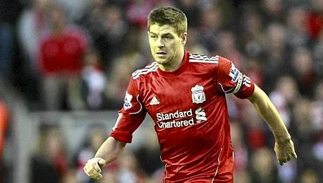 Steven Gerrard toivoo englantilaisväriä maajoukkueen penkin päähän.