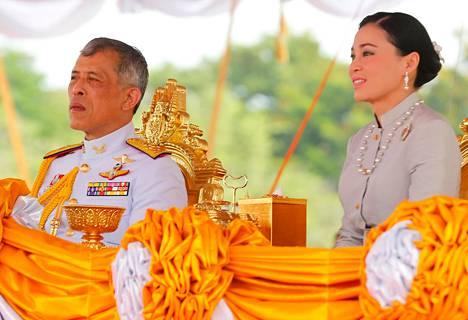 Thaimaan kuningas Maha Vajiralongkorn kuvattuna kuningatar Suthidan kanssa. Saksalaismedian tietojen mukaan kuningatar olisi tällä hetkellä Sveitsissä.