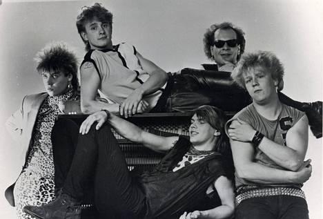 Yö-yhtye vuonna 1984. Vasemmassa laidassa Jussi Hakulinen, oikeassa Olli Lindholm.