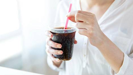 Sokeriset ruoat ja juomat voivat pahentaa oloa.