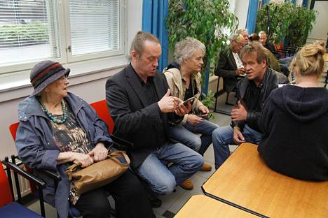 Oikeudenkäyntiä seuraamassa oli koko Eppu Normaali, sekä syytetyn äiti, rakastettu runoilija, akateemikko Kirsi Kunnas. Kuvassa Kirsi Kunnas, Pantse Syrjä, Juha Torvinen ja Martti Syrjä.