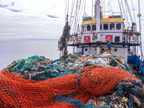 Merestä kerättyä jätettä Ocean Voyages -instituutin aluksella.