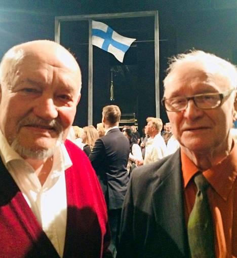 Vasemmalla Timo Takanen, oikealla Leevi Takanen. Kuva on otettu Svenska Teaternissa vuonna 2017 Fosterlandet- näytelmän yhteydessä.