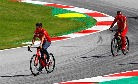 Ferrarin Charles Leclerc (vas.) tutustui Red Bull Ringiin kaksipyöräisellä.