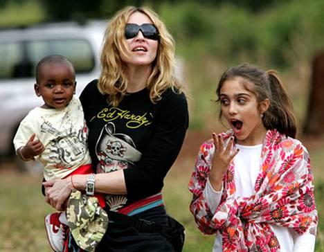 Madonna poseerasi ottopoika David-sylissään Malawissa tavattuaan pojan isän. Madonnan tytär Lourdes (oik.) taitaa olla jo väsynyt.