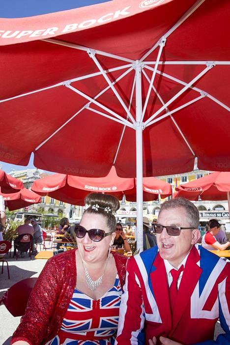 Euroviisufanit Michelle ja Phil Harrison uskovat, että Saara Aalto kahmii jättipotin brittiäänestäjiltä.