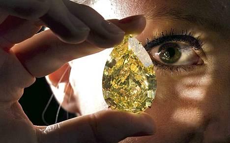 Pisaranmuotoinen timantti on jättikokoinen.
