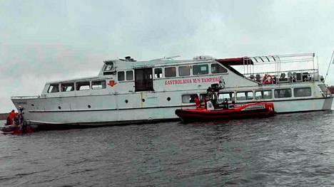 Pirkanmaan pelastuslaitos julkaisi kuvia Vanajavedelle jumiin jääneen aluksen pelastusoperaatiosta.