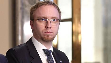 –Perustuslain säätämisjärjestyksessä on muutettava törkeistä seksuaalirikoksista tuomion saaneiden käännytyspäätöksen saaneen palauttaminen myös maihin, joissa ei ole turvallista, sanoi sinisten eduskuntaryhmän puheenjohtaja Simon Elo tiedotustilaisuudessa eduskunnassa.