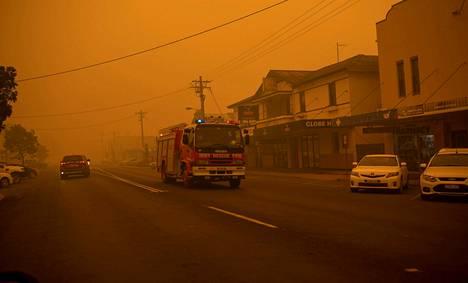 Paloauto ajoi savun täyttämällä kadulla Bombalan kaupungissa New South Walesissa.