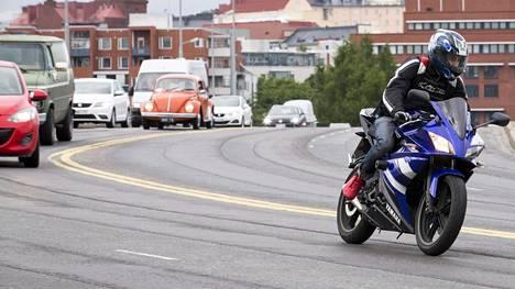 Pystyykö moottoripyörä viestimään tulevaisuudessa signaaleilla kylliksi autonomisesti kulkeville autoille?
