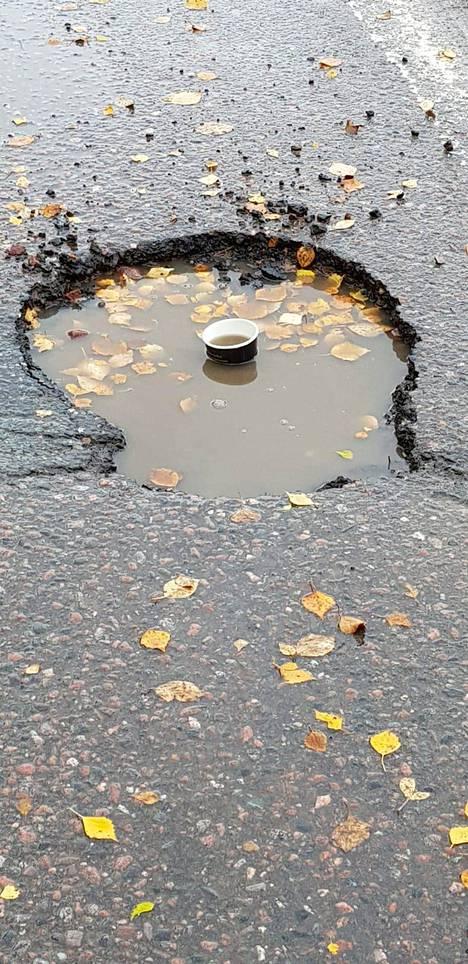 """Vihdin Haimoontiellä on tien varrella asuvan Pekan arvion mukaan käyty kahvilla. """"Kuoppia tie täynnä ja tämä n. 50 x 50 x 10 cm"""", Pekka kirjoittaa."""