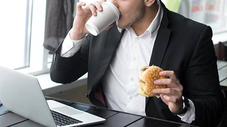 Pikaruokaloiden työntekijät kertovat, että asiakkaat saattavat vaatia esimerkiksi ilmaista kahvia ilman mitään syytä.