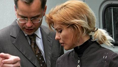Inna Hodorkovskaja keskusteli perheen asianajajan kanssa arkistokuvassa vuodelta 2005.