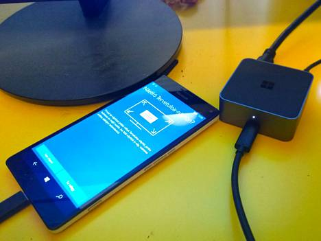 Lumia 950 XL ja kuvan isolle näytölle tuova Display Dock.