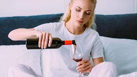 Kohtuukäyttö ei vähennä aivoverenkiertohäiriöitä – alkoholin terveyshyödyt ovat muutenkin kyseenalaisia