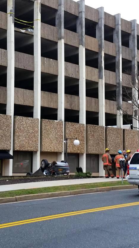 Nainen putosi parkkitalon viidennestä kerroksesta.