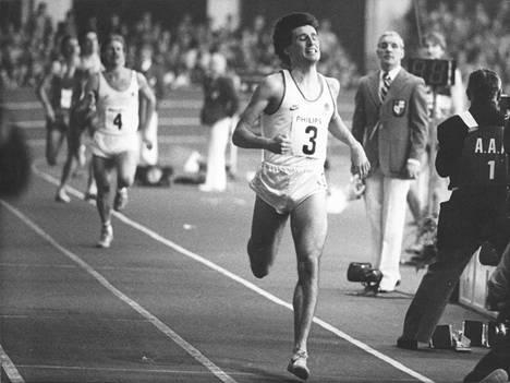 Sebastian Coe rikkomassa nimissään ollutta 800 metrin sisäratojen ME:tä ajallaan 1.44,91 vuonna 1983.