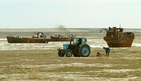 Aral-järvellä vedestä muistuttavat vain hiekkaan juuttuneet laivat.