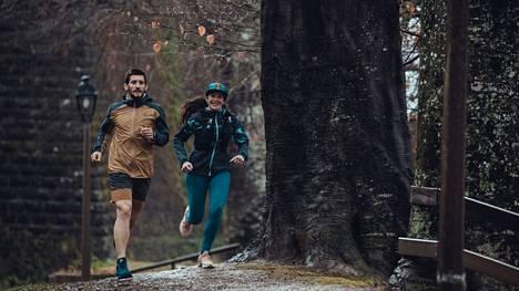 Maastossa juokseminen on haastavampaa kuin tasaisella alustalla harjoittelu, ja vaihteleva alusta vahvistaa kehon lihaksia monipuolisesti kehittäen samalla tasapainoa.