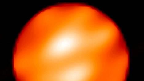 Tutkijat havaitsivat kaksi vaaleaa pilkkua Betelgeusen pinnalla vuonna 2009.
