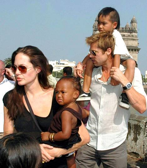 Angelina Jolie ja Brad Pitt sekä heidän lapsensa Zahara ja Maddox vuonna 2006.