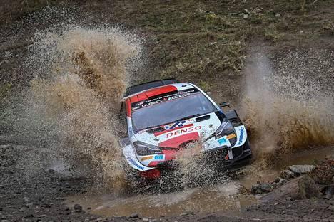Kalle Rovanperä piiskasi Toyotansa upeaan vauhtiin Kreikan soralla.