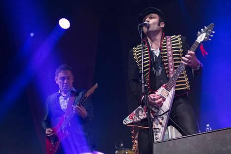 Remu sanoi jättävänsä rokkikunkun kruununsa Dimitri Keiskille. Vasemmalla Hurriganesin alkuperäinen kitaristi Ile Kallio.