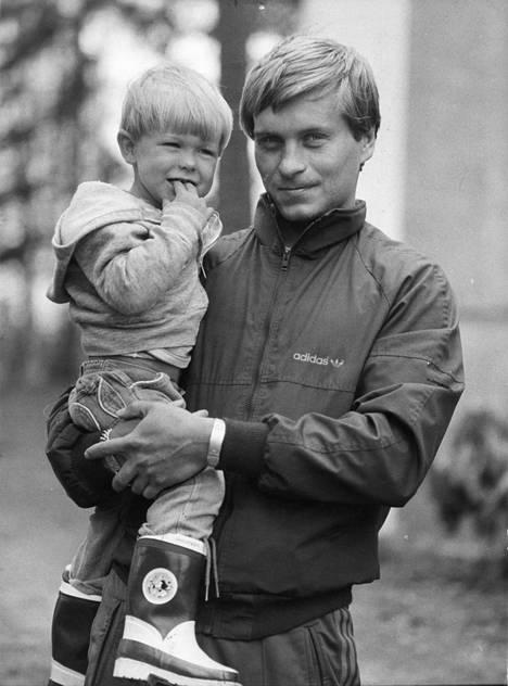 Matti Hagman palasi Pohjois-Amerikkaan syksyllä 1980 ja pelasi kaksi kautta Edmonton Oilersissa. Kun Hagmanit palasivat keväällä 1982 koti-Suomeen lomanviettoon, 2,5-vuotias Niklas-poika hämmästeli uutta ympäristöään.