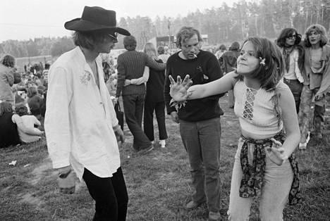V. K. Hietanen kuvasi usein myös Turun tapahtumia. Kuvassa mies ja nainen tanssivat ensimmäisessä Turun Ruisrockissa elokuussa 1970.