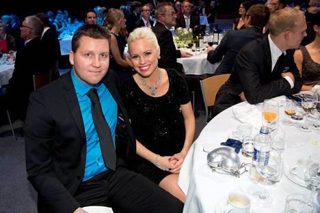 Jani Sievinen ja Mari-vaimo kuvattuna Urheilugaalassa 14.1. Kiloja Sievinen on karistanu jo 16.
